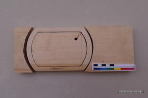 Das Bild zeigt ein Holzbrett aus dem die Kontur des werdenden Gussmodells ausgesägt wurde.